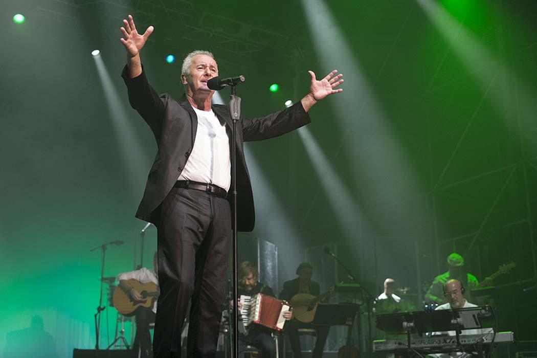 Víctor Manuel vuelve a los escenarios con 'Casi nada está en su sitio'